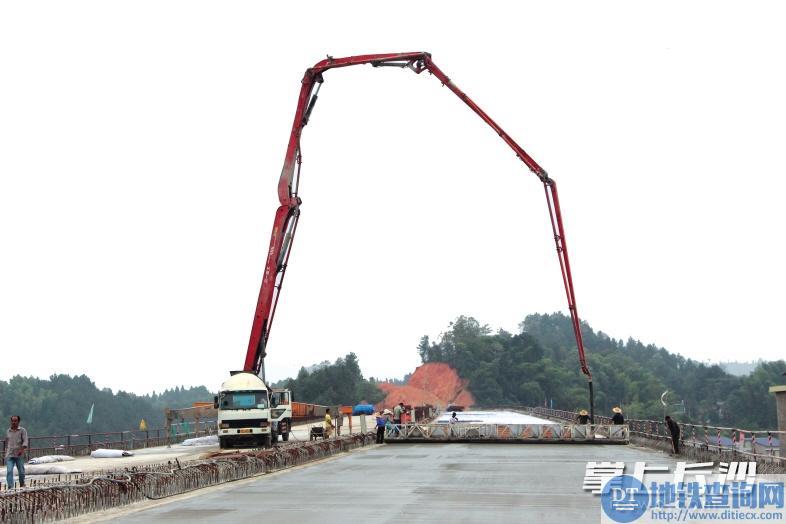 益娄高速宁乡段心田大桥桥面正在浇筑混凝土。长沙晚报通讯员 彭小凤 摄