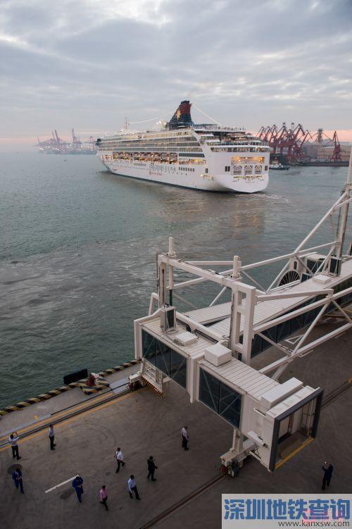 """2016年11月13日下午5时40分,丽星邮轮""""处女星号""""成为太子湾邮轮母港发出的首班邮轮。码头岸边,工作人员向邮轮告别。"""