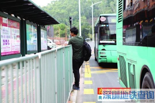 奇葩:梅林三村公交站 要上公交先翻栏